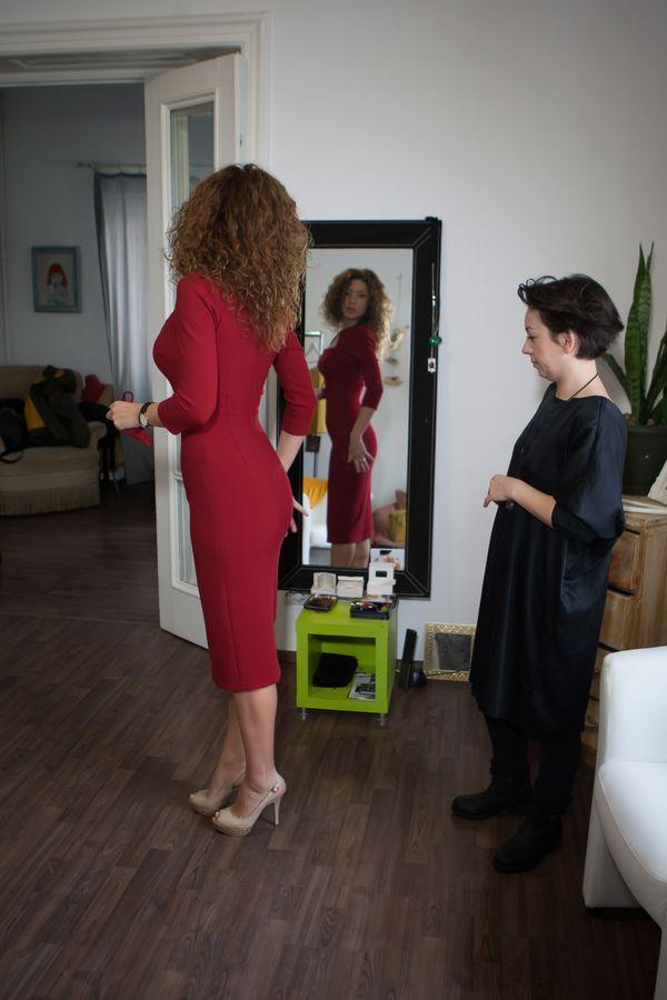 Carmen probeaza o rochie rosie