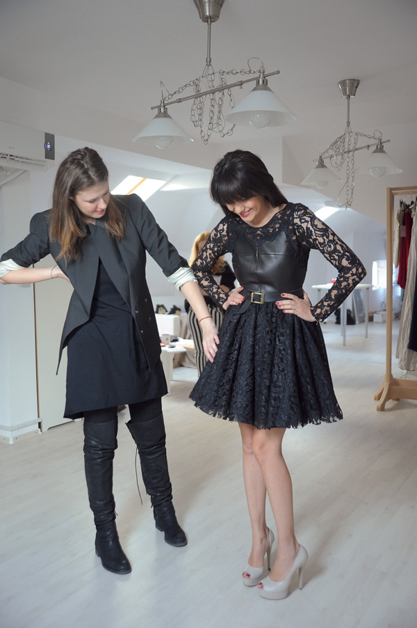 Ajutata de Andreea Constantin, Malvina Cservenschi probeaza o rochie din piele [i dantel` din noua colec]ie Rhea Costa Toamn` Iarn` 2013-2014.