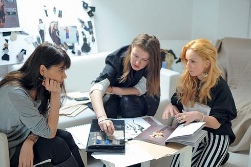Discutie cu echipa despre materialele de promovare