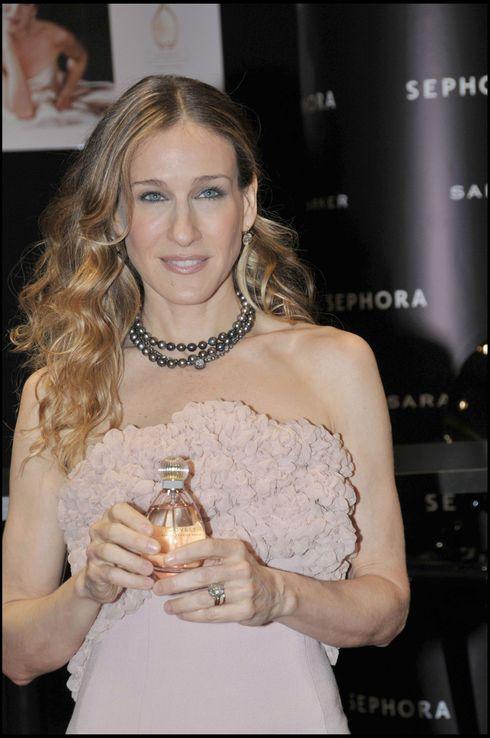 """SARAH JESSICA PARKER EST VENUE PRESENTER SON PARFUM """"LOVELY"""" AU"""