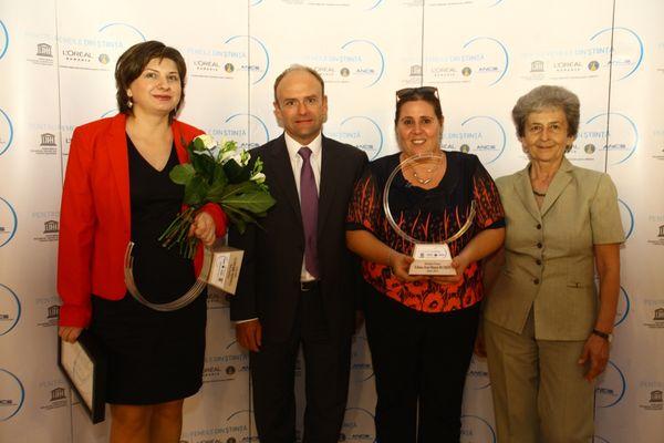 Cornelia Braicu (castigatoare sectiunea Stiintele Vietii), Gilles Antoine (director general L'Oreal Romania), Edina Rusen