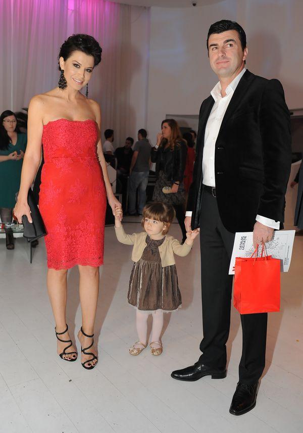 Simona Patruleasa alaturi de fiica sa, Ingrid, si sotul sau, Sabin Ivanof