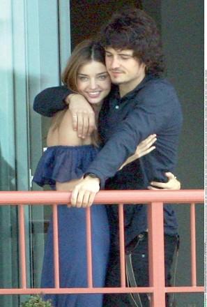 Exkl: O. Bloom und M. Kerr ganz verliebt auf ihrem Hotelbalkon in Sydney