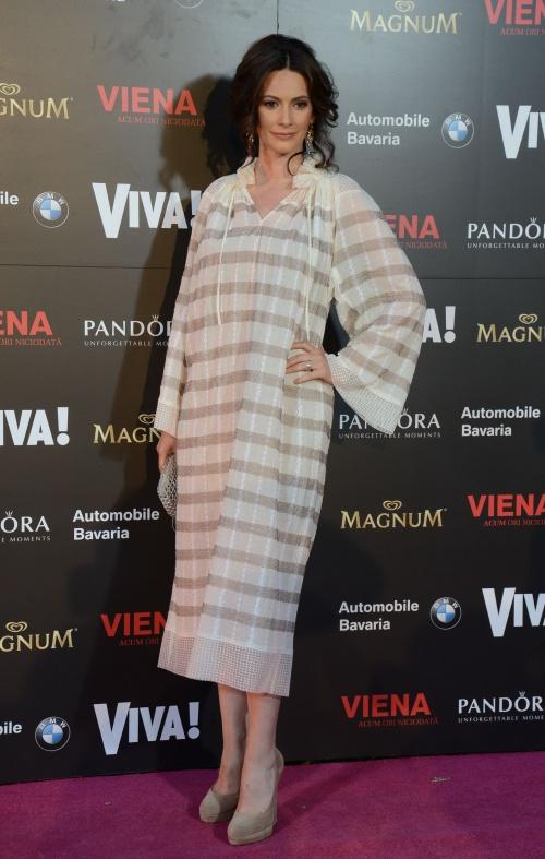 Andreea Berecleanu (rochie Adrian Oianu, pantofi Casadei) cercei