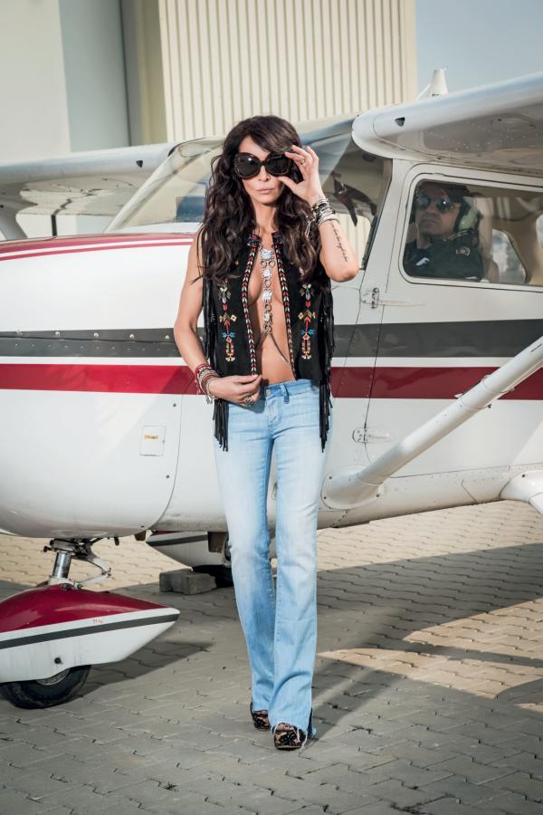 Vestă Isabel Marant, jeans Seven, platforme Charlotte Olympia, body chain BonBijou, ochelari vintage Cutlet and Gross