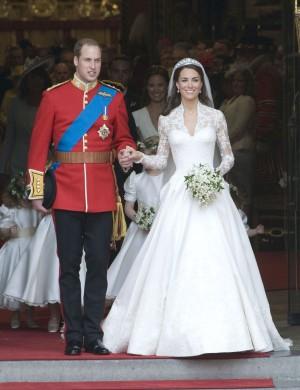 Apr 29, 2011 - London, England, UK - THE WEDDING OF PRINCE WILLIAM AND KATE MIDDLETON - The Royal Couple Leaving the Abbey HOCHZEIT VON WILLIAM UND KATE: BRAUT UND BRÄUTIGAM KOMMEN NACH DER TRAUUNG AUS DER WESTMINSTER ABBEY IN LONDON / 290411 / 2011 / HEIRAT / HEIRATEN / ADEL / KÖNIGSHAUS BRITISCH ENGLISCH / UNIFORM / BRAUTKLEID / BLUMEN BLUMENSTRAUSS / BRAUTSTRAUSS / BRAUTPAAR / VERLASSEN / KOMMEN AUS KIRCHE / AUSSEN / PRINZ / ROTER TEPPICH / GROSSBRITANNIEN / EUROPA / ROYAL WEDDING / CATHERINE PicNr:#23005482.000029# action press/SOLO SYNDICATION LTD