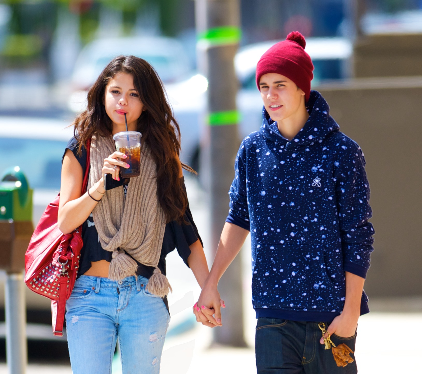 ©NATIONAL PHOTO GROUP Justin Bieber and Selena Gomez grab a quick lunch at Panera Bread. They were seen walking out hand and hand. Job: 040512F1 Non-Exclusive April 5th, 2011 Los Angeles, California NPG.com