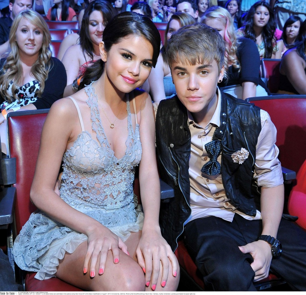 UNIVERSAL CITY, CA - AUGUST 7: (L-R) Selena Gomez and Justin Bieber in the audience during Teen Choice 2011 at the Gibson Amphitheatre on August 7, 2011 in Universal City, California. (Photo by Mark Davis/PictureGroup) /face to face - Germany, Austria, Switzerland, Luxemburg and Eastern European rights only -
