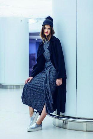 Rochie Marks&Spencer, 319 lei; trenci Zara, 299 lei; pălărie, 169 lei; pantofi sport, 299 lei; ambele produse Aldo. Produsele sunt disponibile în București Mall.