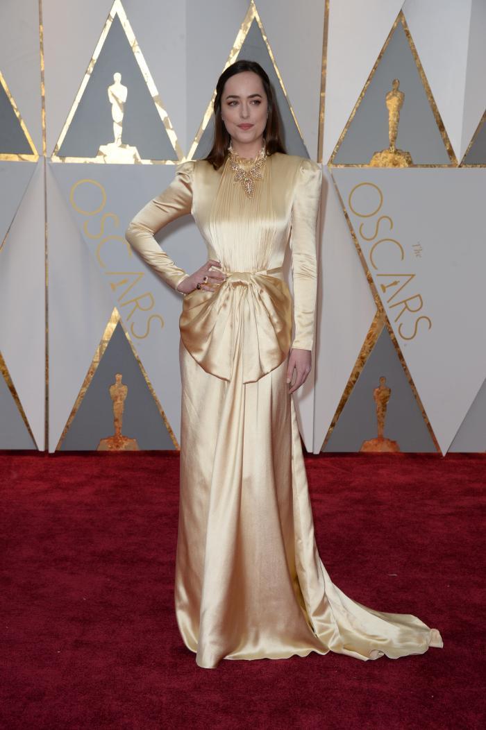 Dakota Johnson a avut o apariție stearsă în această rochie Gucci care o îmbraca mult prea mult pe actrțta din