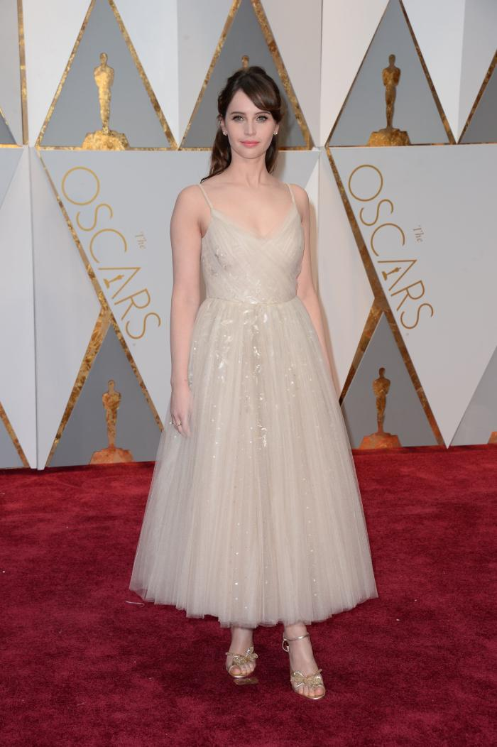 Felicity Jones a ales să poarte o rochie Dior inspirată din tutu-urile balerinelor, dar care nu o avantajeză din cauza culorii mult prea pale.