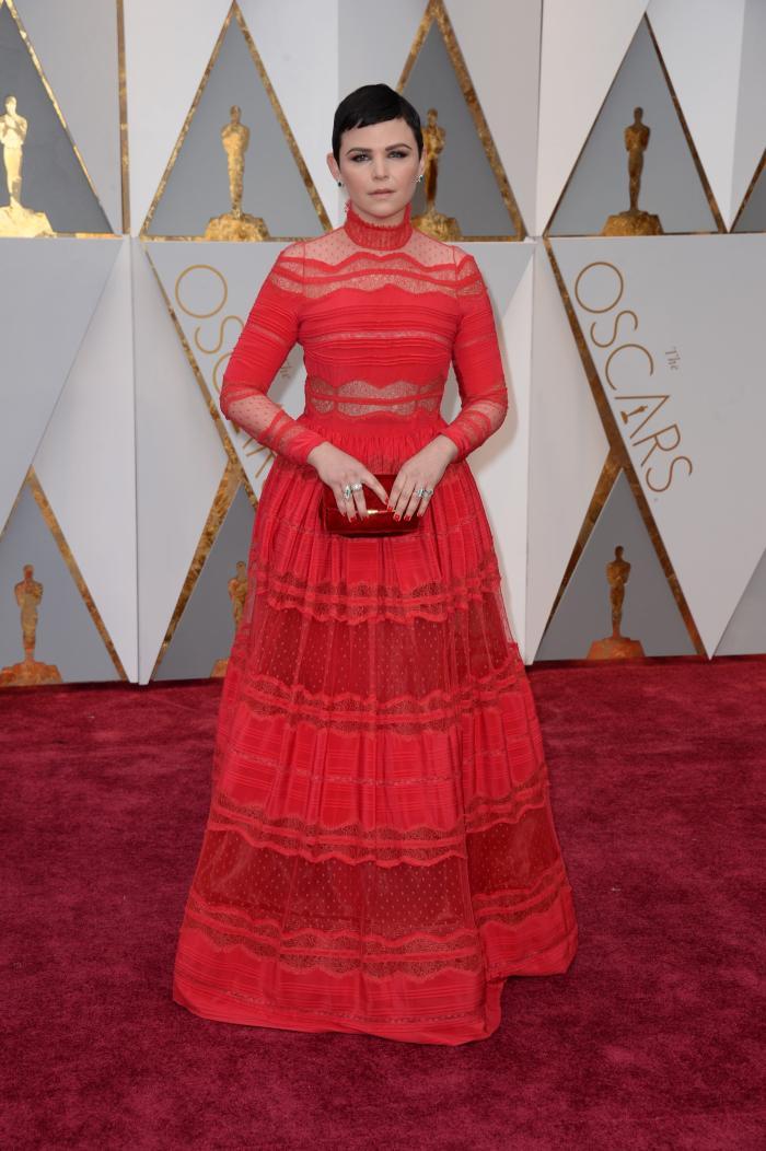 Spre deosebire de Ruth Negga, Ginnifer Goodwin a avut o apariție nereusita în rochia roșie semnată  Zuhair Murad. Gulerul înalt al acesteia în combinație cu tunsoarea scurtă și culoarea închisă a părului, micșorează vizual dimensiunea capului acțritei facând-o să arate sever.