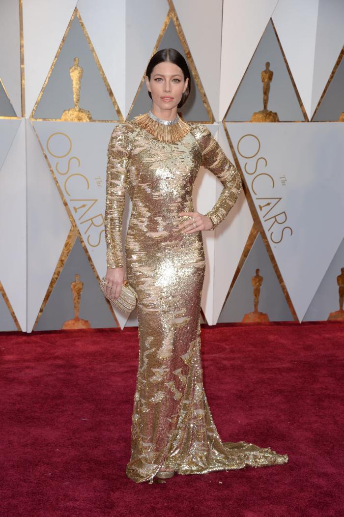 Jessica Biel face concurență celebrei statuete Oscar în aceasta rochie Kaufmanfranco, însa nu în sensul bun. Prea mult auriu poate arata nepotrivit chiar și pe o siluetă perfect conturată.