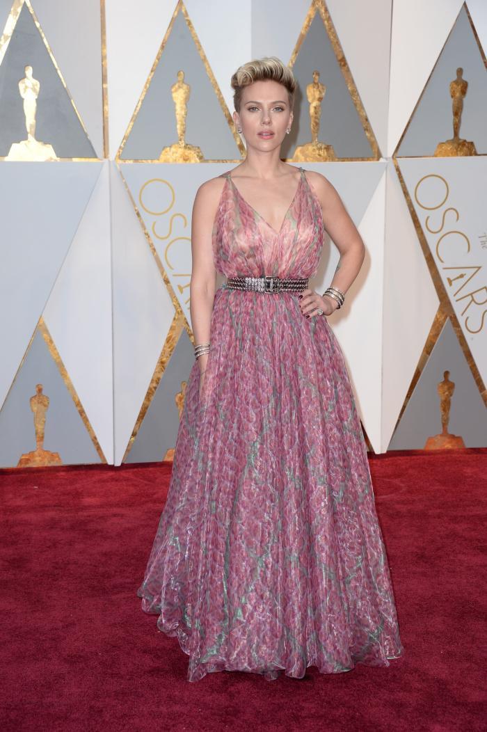 Scarlet Johanson a purtat o rochie Alaia care nu ar fi fost o alegere greșită dacă nu alatura acesteia o curea neagră cu ținte care intra în contradicție cu nuanțele pastel ale acesteia.