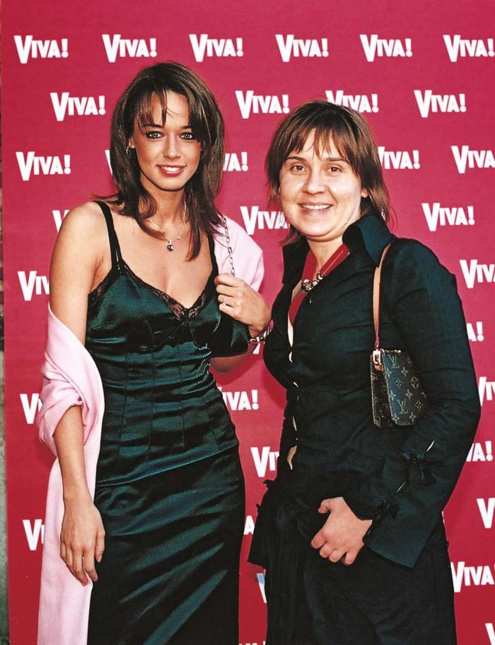 2003- Lenjeria la vedere incepe sa faca furori si in Romania iar Andreea procedeaza intelept alegand o rochie verde, bordata cu dantela. Salul roz adauga ceva cat de cat fashion in ecuatie iar coafura continua sa reziste in acelasi stil natural.