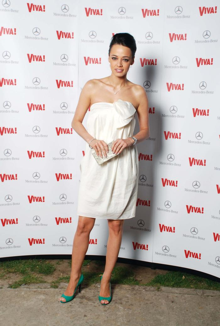 2008 - Virginala. Nuanta rochiei, evident. Andreea invata importanta accentului colorat in ecuatia vestimentara. Da, pantofii verzi au fost bine alesi.