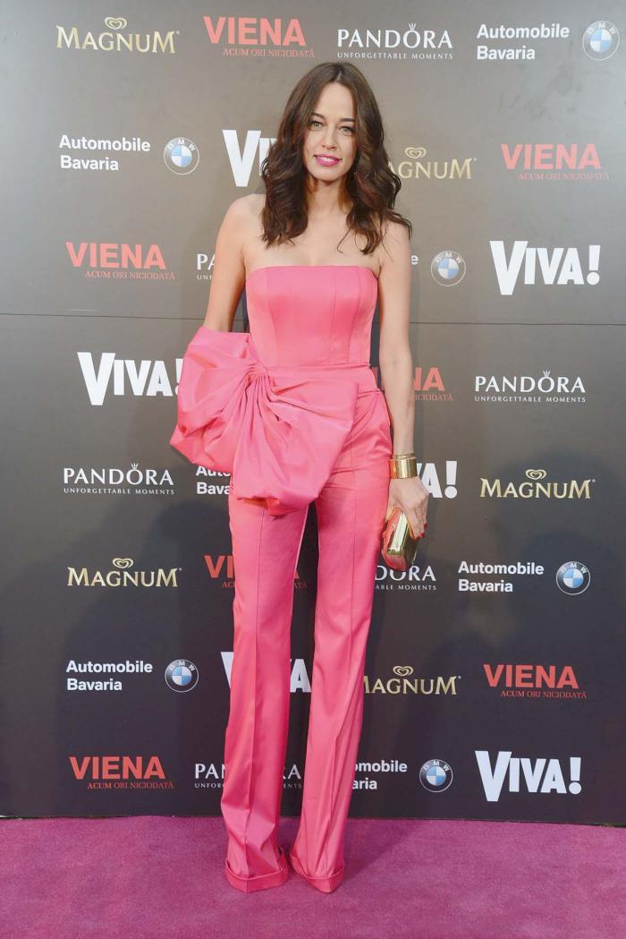 2014 - Dupa semi –esecul din anul precedent, Andreea revine in forta, intr-o salopeta roz, o culoare destul de rara prin garderoba vedetei. O aparitie greu de ignorat.