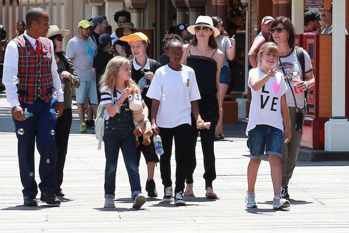 Angelina Jolie, acum mamă singură, alături de copiii ei la Disneyland.