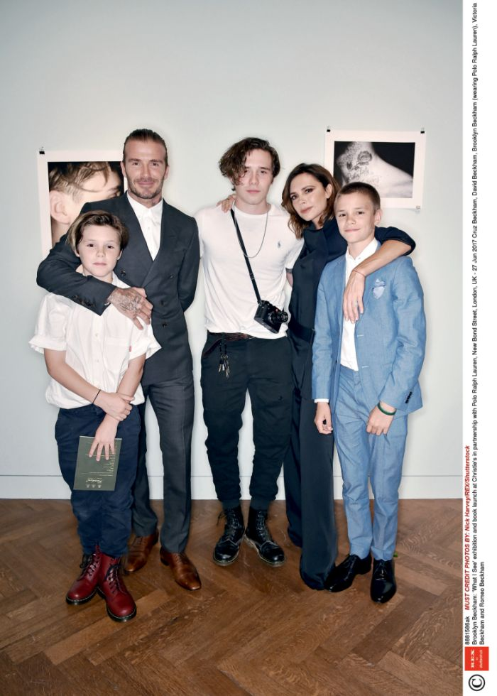 "27 iunie 2017 – Cruz, David, Brooklyn, Victoria și Romeo Beckham la inaugurarea expoziției și lansarea cărții lui Brooklyn Beckham: ""What I See"", la Christie's, Londra"