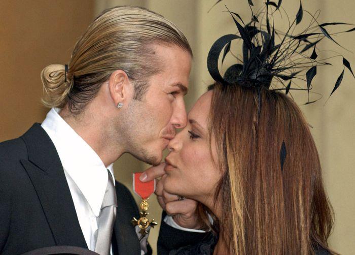 27 noiembrie 2003 – David și Victoria în ziua în care David a primit distincția OBE (Officer of the Order of the British Empire) de la Regina Elisabeta a II-a