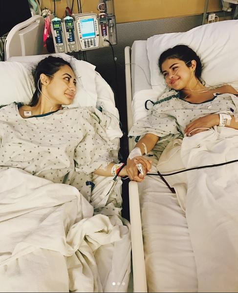 Selena, alături de prietena ei bună, actrița Francia Raisa, cea care i-a salvat viața donându-i un rinichi.