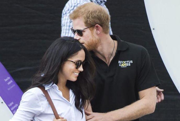 Harry nu se sfiește să-și sărute viitoarea soție în public.