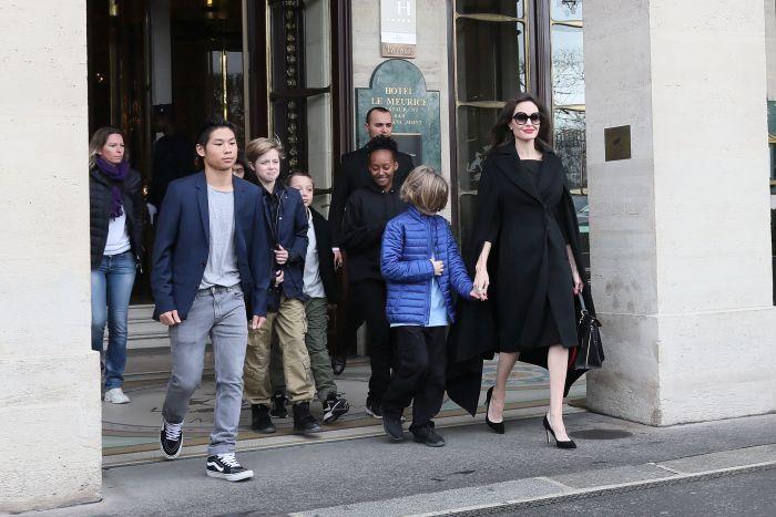 Angelina Jolie şi cei 6 copii ai săi