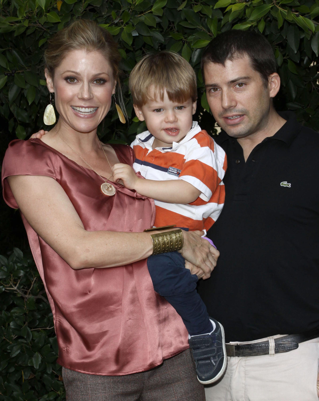 Julie, alături de soțul ei, Scott, și fiul lor, Oliver.