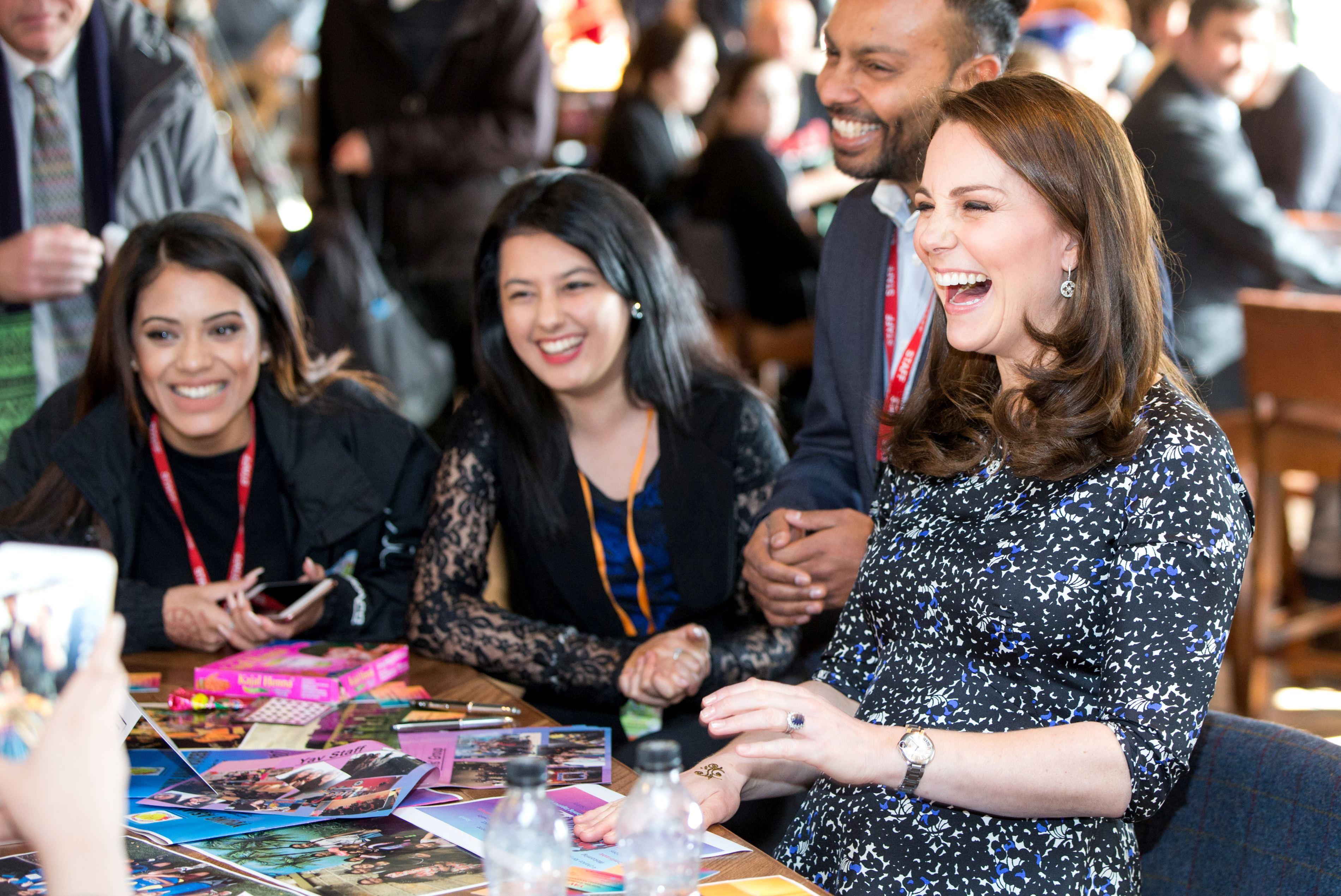 Kate Middleton s-a amuzat copios în timp ce era tatuată.
