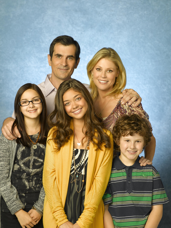 """Julie Bowen și cealaltă familie de care se va despărți - colegii din serialul""""Modern Family""""."""