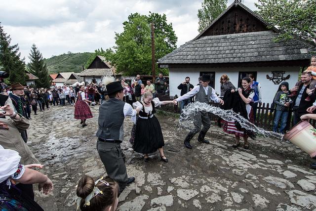 Traditii de Paste in Ungaria -stropitul