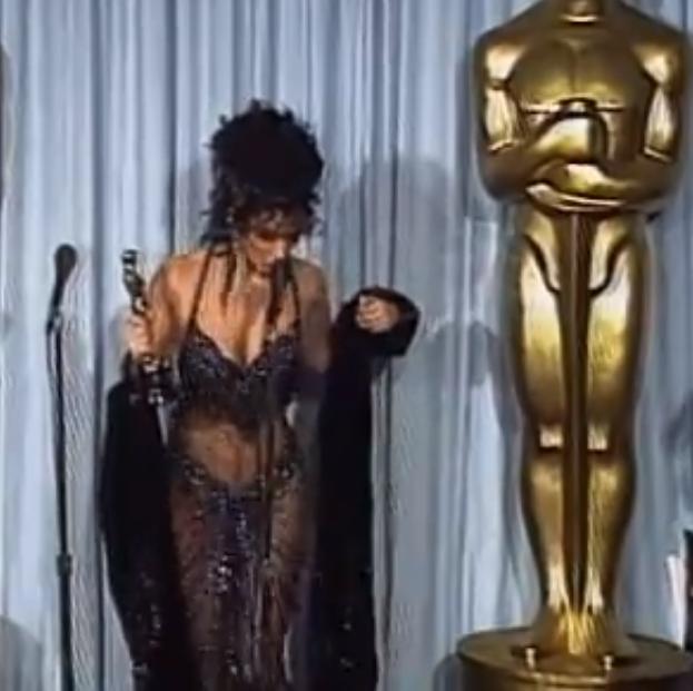 Cher a reușit să-i lase pe toți cu gua căscată din cauza acestei rochii purtate în 1988