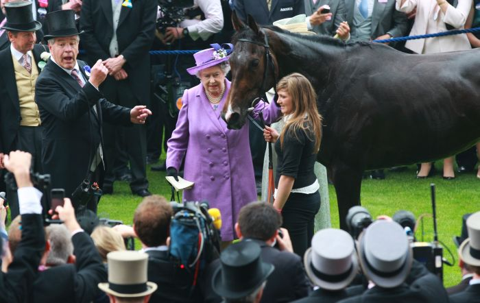 Regina Elisabeta a II-a, al[turi de calul său Estimate, care a câștigat Royal Ascot God Cup, în 2013.