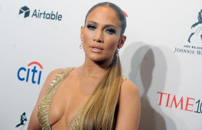 Jennifer Lopez a făcut furori cu cea mai recentă creație Versace