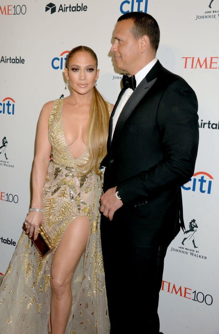 Jennifer Lopez împlinește 50 de ani anul acesta, dar orice bărbat ar fi mândru să aibă alături o asemenea femeie.