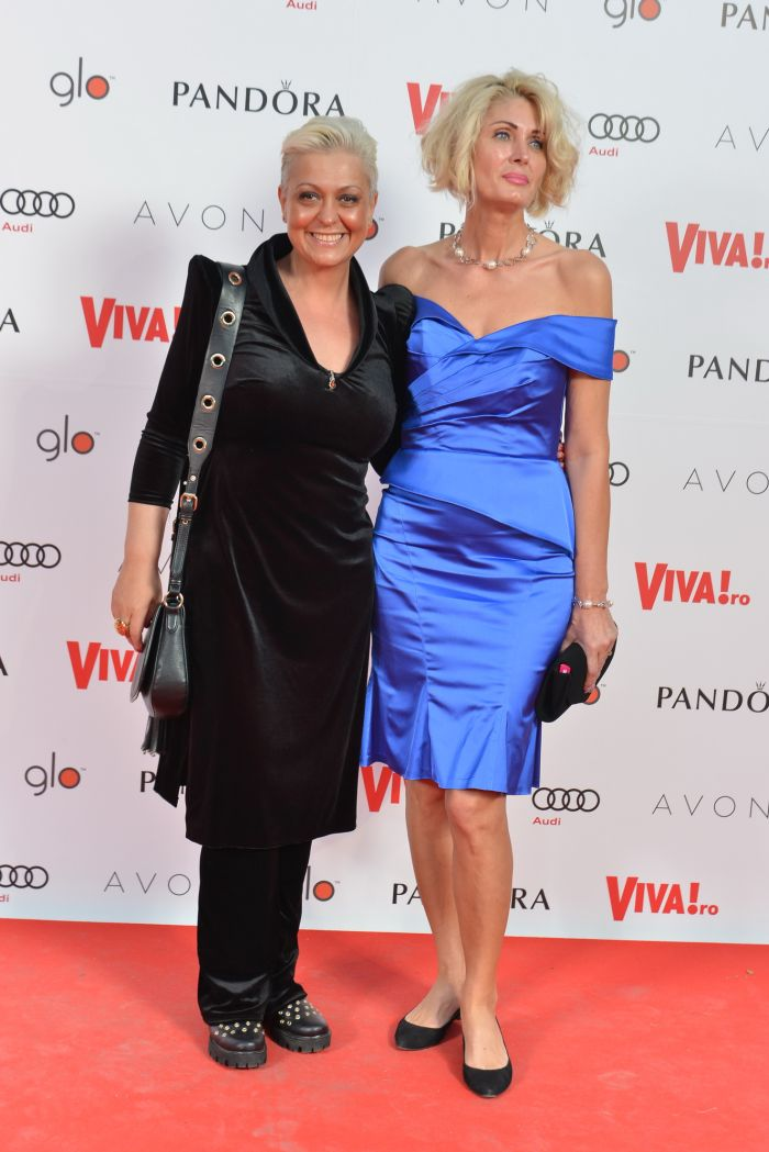 Monica Anghel (ținută Anca Popescu) și Ionela Preda (rochie Cristallini)