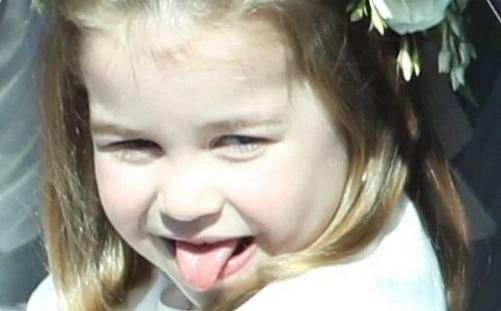 Prințesa Charlotte a scos limba la cei care o fotografiau.