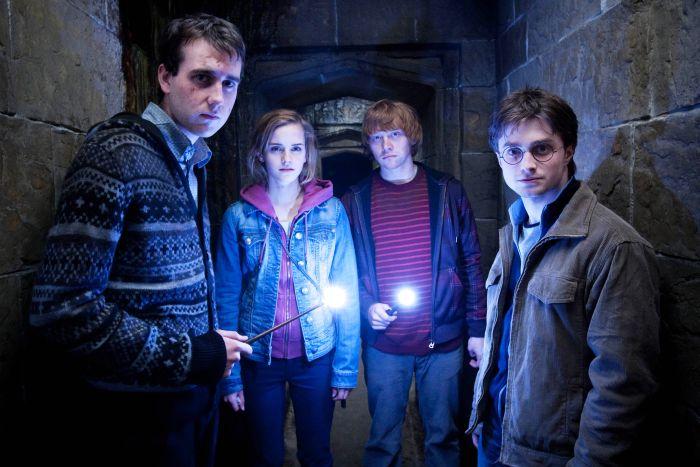 """Secvență din filmul """"Harry Potter"""". De la stânga la dreapta: Matthew Lewis (Neville Longbottom), Emma Watson (Hermione Granger), Rupert Grint (Ron Weasley) și Daniel Radcliffe (Harry Potter)"""