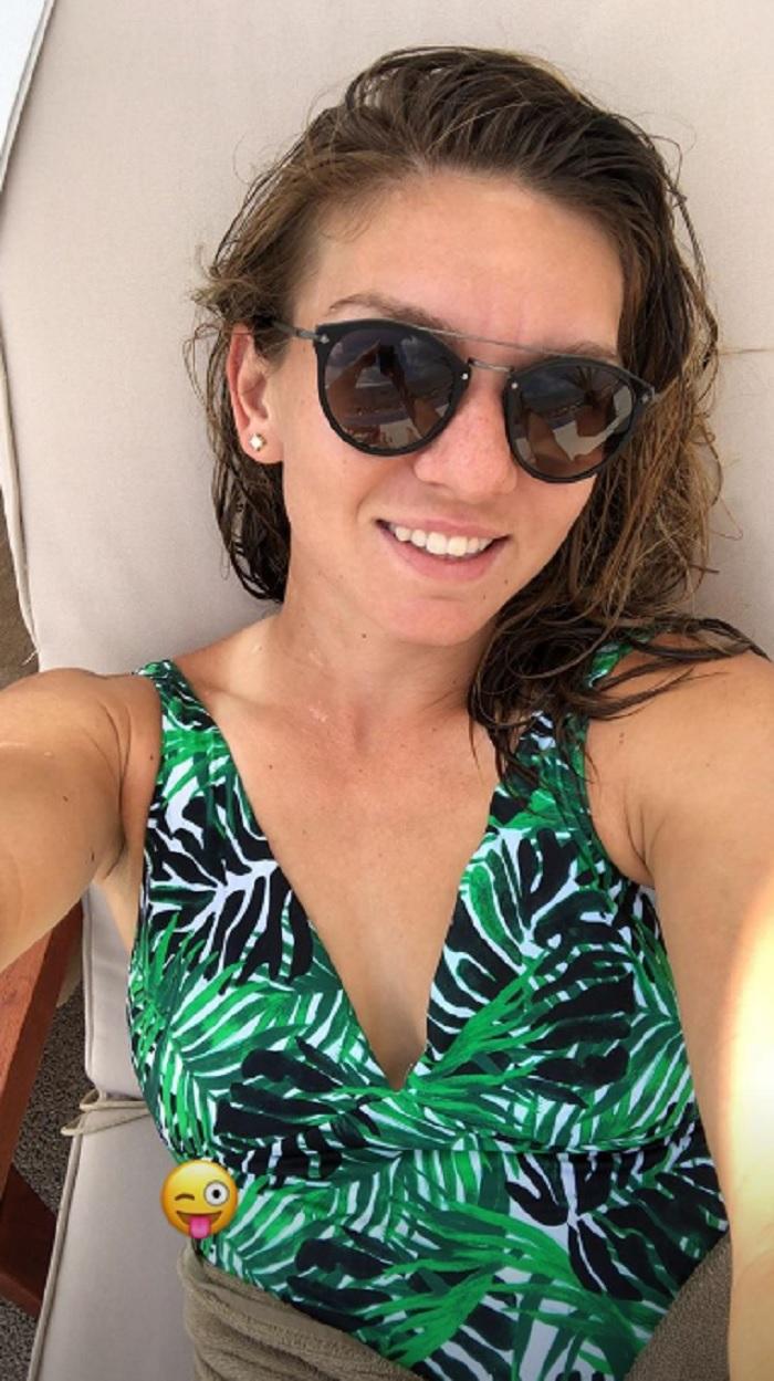Simona Halep se află la piscină, re relaxează după ce a câştigat trofeul la Roland Garros