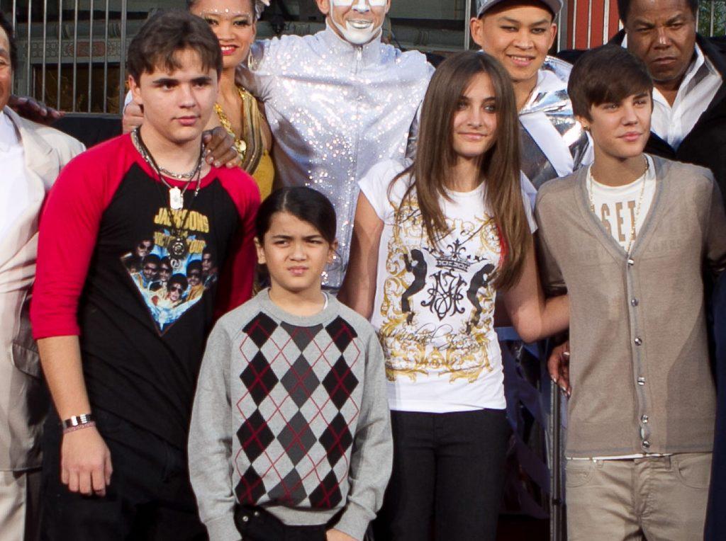 Prince, Blanket și Paris Jackson, copiii lui Michael, își regretă bunicul.