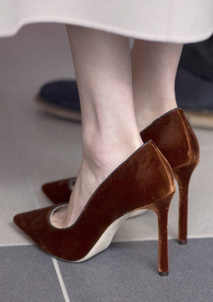 Harriet Davey explică de ce Meghan Markle poartă pantofi cu mai mari cu un număr.