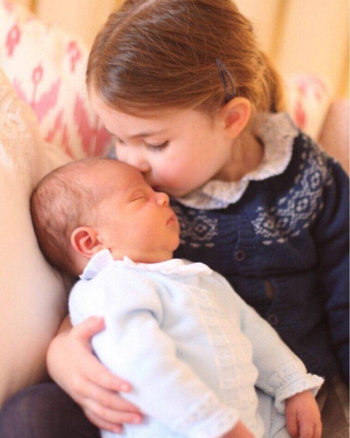 Prințul Louis, alături de surioara lui mai mare, Prințesa Charlotte