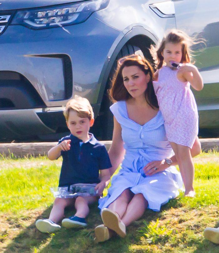 Prințul George, alături de sora lui mai mică, Prințesa Charlotte, și mama lor, Ducesa de Cambridge, Kate Middleton.