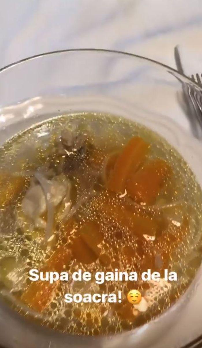 Soacra i-a pregătit supă Laurei Cosoi