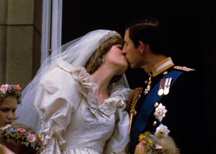 Celebrul sărut din balconul de la Buckingham dintre Prințul Charles și Prințesa Diana, părinții Prinților William și Harry.