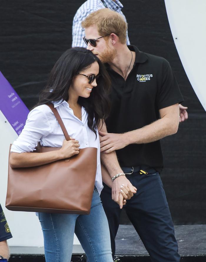 Harry nu se sfiește să-și arate dragostea față de Meghan în public.