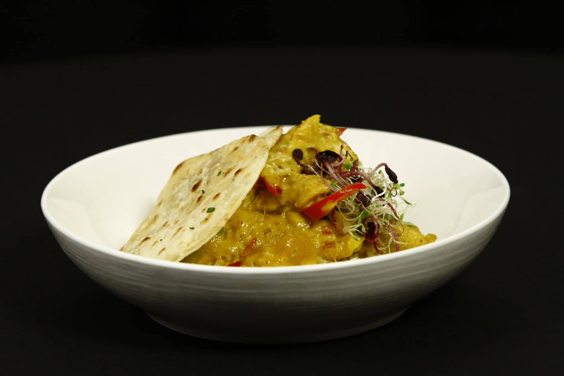 Pui cu orez și curry, servit cu chutney de mango și crispy de tortilla