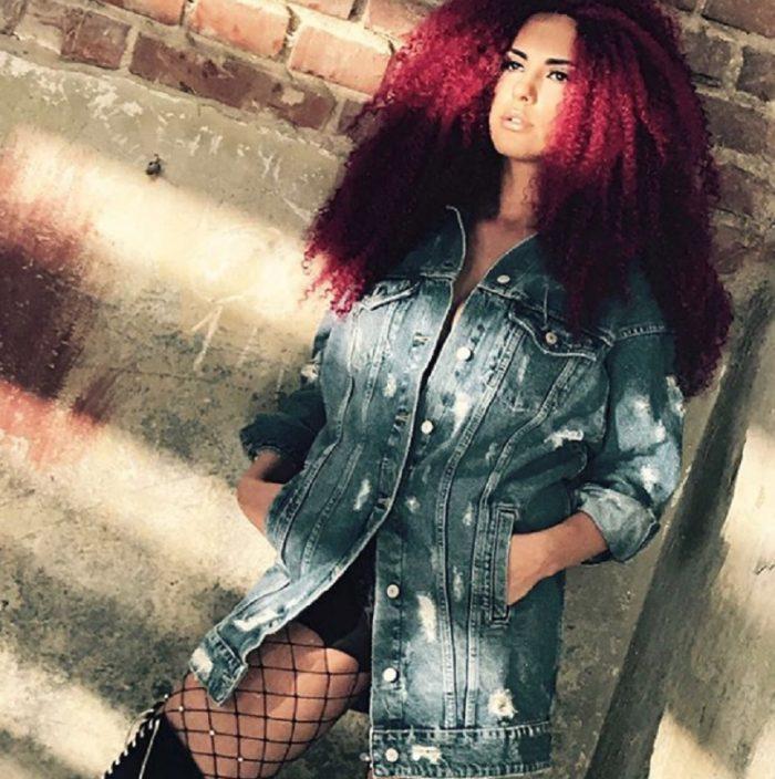 Lavinia Pârva cu părul roșcat