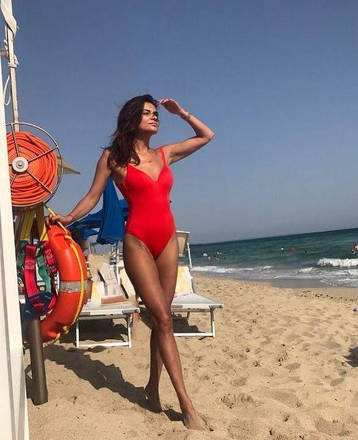 Malvina Cservenschi (38) pe o plajă din Italia