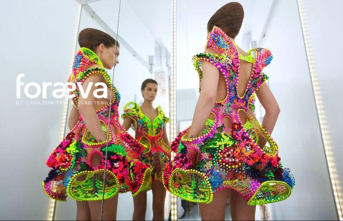 Björk a purtat în concert o rochie realizată de doi designeri români